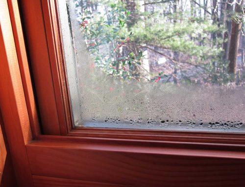 Почему зимой окно в квартире запотевает?